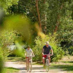 camping-vendee-couple-velo-balade