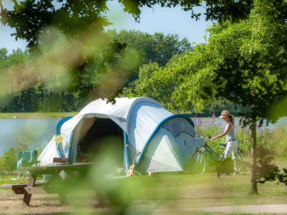 camping-vendee-emplacement-tente-vue-lac