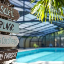 camping-vendee-soleil-pancarte-decoration-piscine
