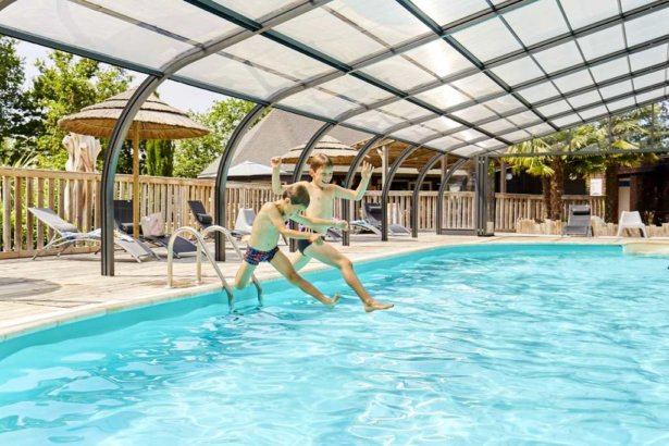 camping-vendee-piscine-couverte-chauffee-famille-enfants