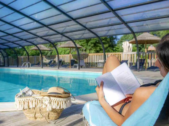 camping-guyonniere-vendee-lecture-piscine-couverte